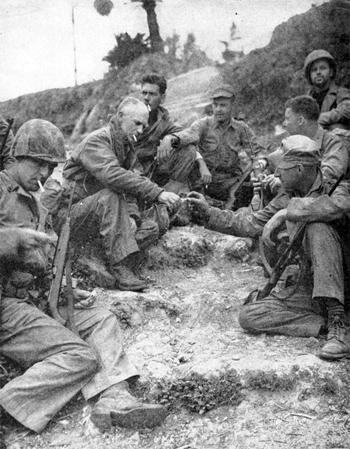 Retrato Ernie Pyle con unos soldados