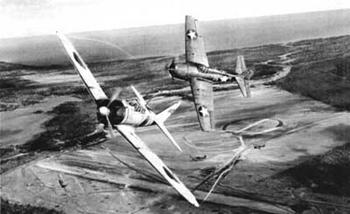 Combate aéreo entre un avión estadounidense y uno japonés. La fotografía, probablemente, está tomada desde el avión al que el japonés perseguía