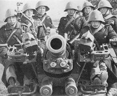 Soldados daneses con un cañón antitanque. En la foto puede apreciarse su característico casco