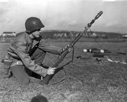 Granada estadounidense M7 lanzada desde un M1 Garand - Imagen de dominio público tomada en enero de 1944