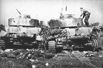 Dos panzer 4 de la 20 división panzer destruidos por los soviéticos en la bolsa de Bobruisk el 28 de junio de 1944. - Imagen de dominio público