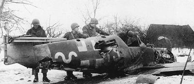 Avión derribado inspeccionado por las tropas estadounidenses - Imagen de dominio público