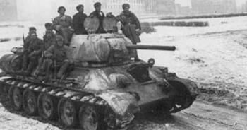 Jinetes de carros soviéticos antes de la batalla de Járkov - imagen de dominio público
