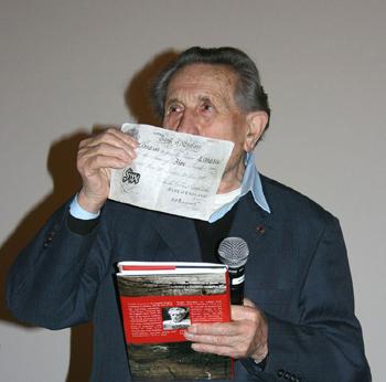 Adolf Burger, uno de los supervivientes de la Operación Bernhard y autor de varios libros dando a conocer la operación