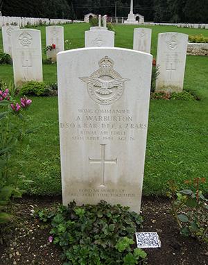 Tumba de Adrian Warburton en el cementerio de Durnbach. Fotografía de Bpa45, CC BY-SA 4.0
