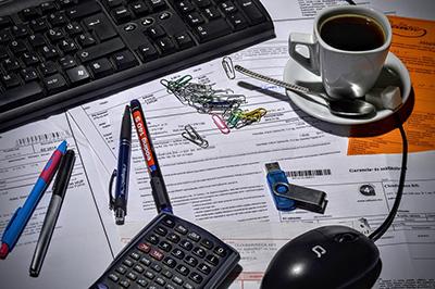 La mesa del contable nunca está ordenada. Imagen CC de cloudhoreca descargada de ixabay.com