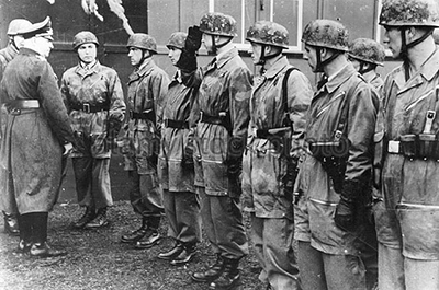Estudiantes de la escuela de paracaidismo en 1940. Imagen de dominio público