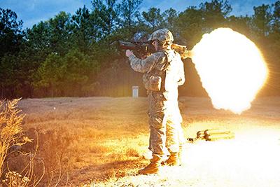 Imagen de la llamarada posterior de un lanzacohetes - Fotografía de dominio público liberada por el ejército de los Estados Unidos y realizada por el Sgt. Michael J. MacLeod - ID 111206-A-3108M-011