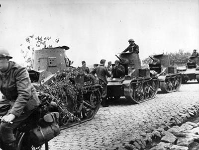 Carros T-15 en columna en 1940. Imagen de dominio público