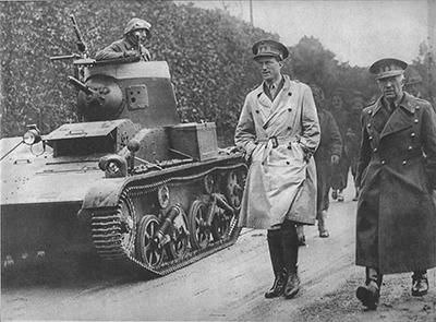 T-15 con el montaje para la BAR antiaérea. Junto al tanque está Leopoldo III, rey de Bélgica y el general Denis, ministro belga de la guerra. Imagen de dominio público